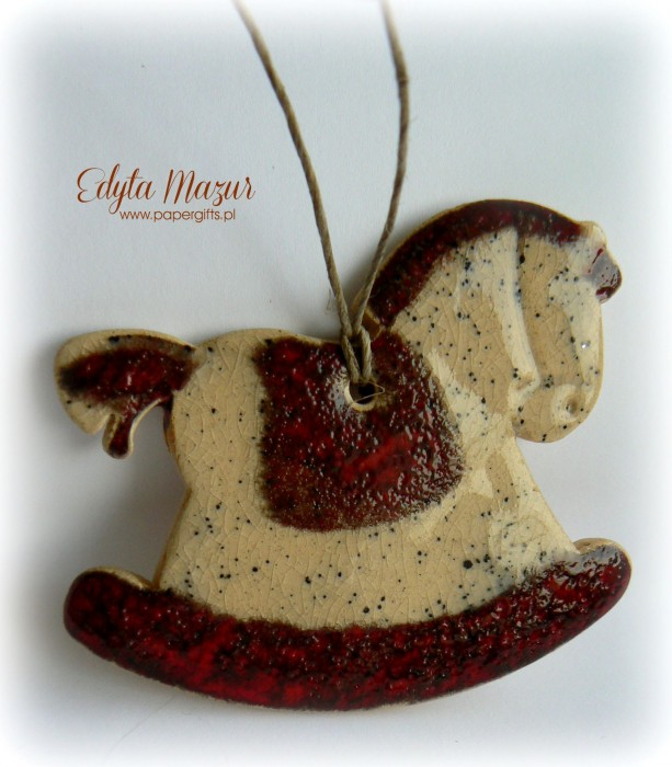 Czerwony konik z ceramiki