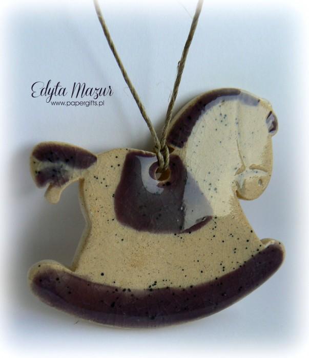 Fioletowy konik z ceramiki