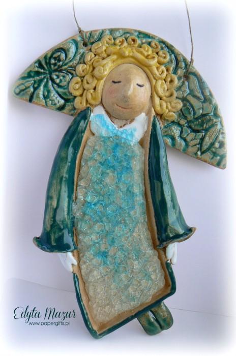 Złotowłosy anioł z ceramiki