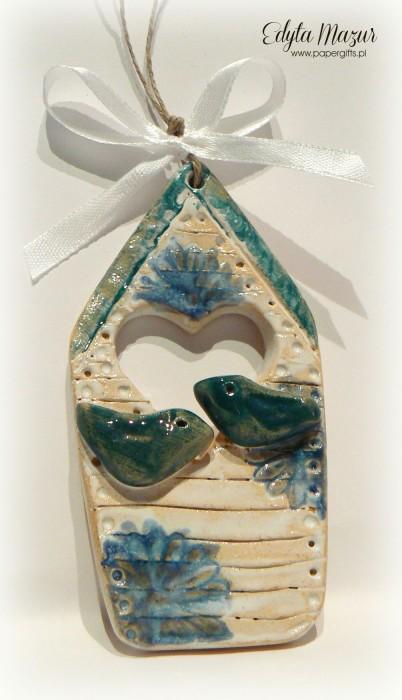 Domek z niebieskim daszkiem i ptaszkami - ceramika zawieszka