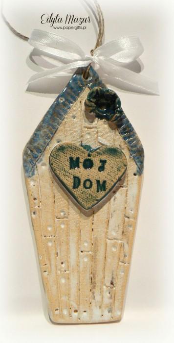 Domek z niebieskim daszkiem i sercem - ceramika zawieszka
