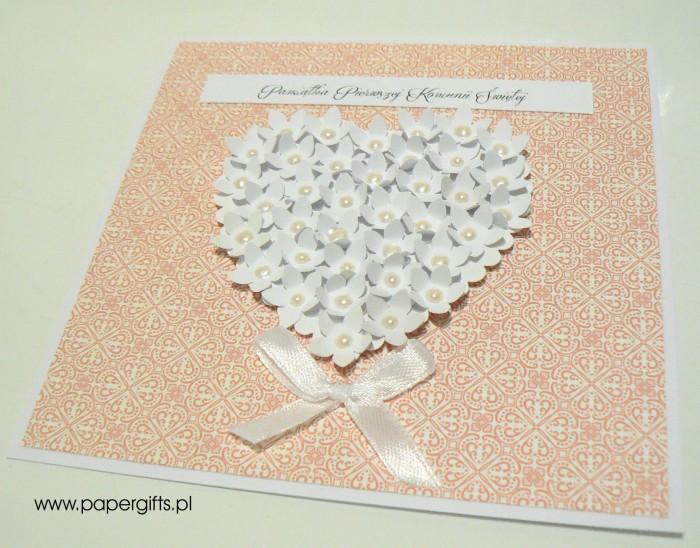 Łososiowa mozaika z sercem z drobnych kwiatków – Kartka na Komunię Świętą