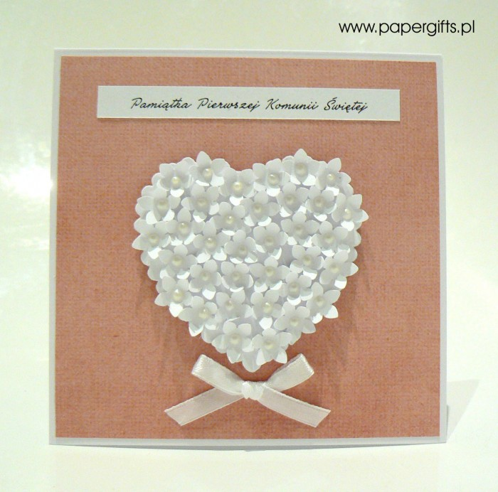 Łososiowa z sercem z drobnych kwiatków – Kartka na Komunię Świętą