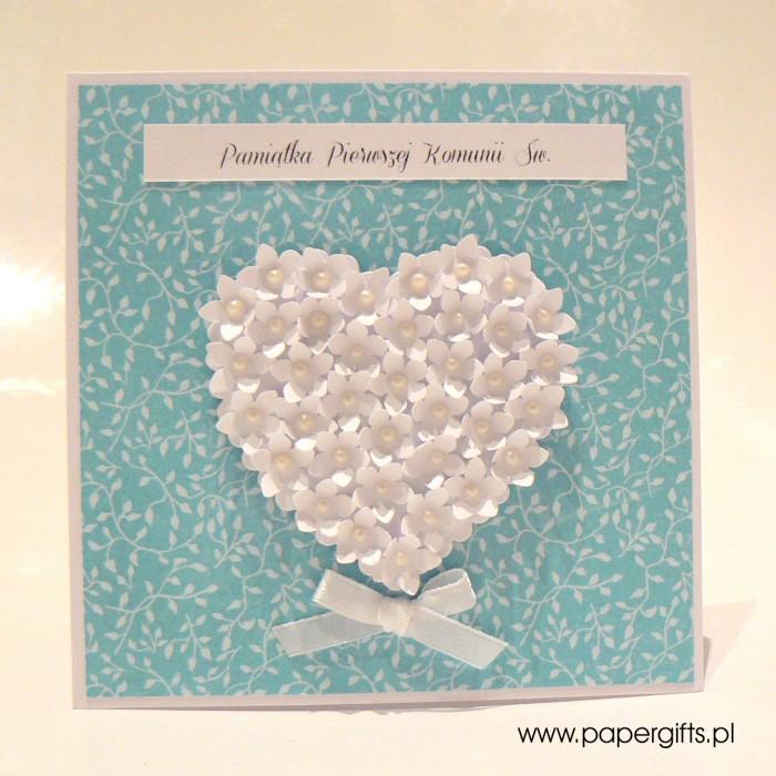 Błękitna w listki z sercem z drobnych kwiatków – Kartka na Komunię Świętą
