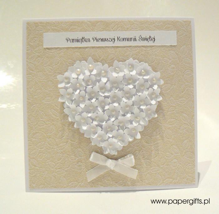 Beżowa w listki z sercem z drobnych kwiatków – Kartka na Komunię Świętą