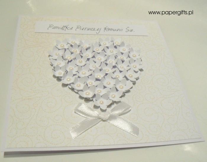 Jasno-kremowa z sercem z drobnych kwiatków – Kartka na Komunię Świętą1