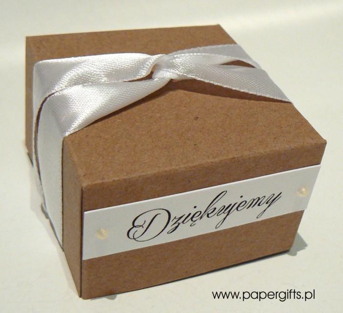 Pudełko kraftowe z białą tasiemką