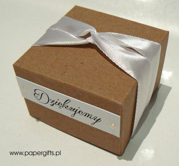 Pudełko kraftowe z białą tasiemką1