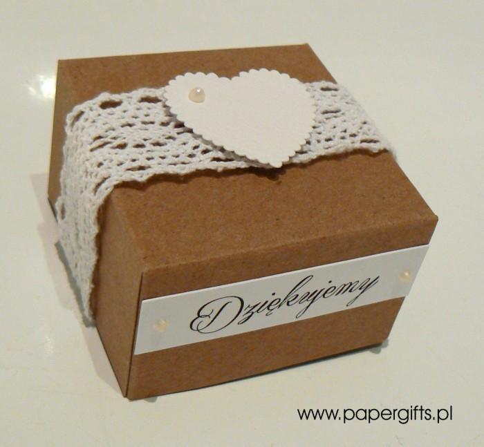 Pudełko kraftowe z koronką i sercem