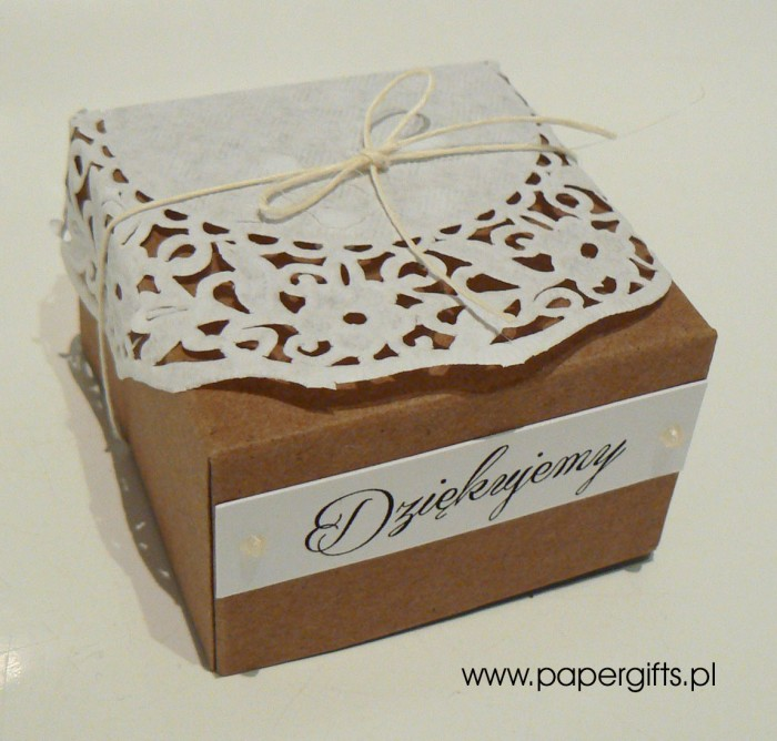Pudełko kraftowe z koronkową serwetką