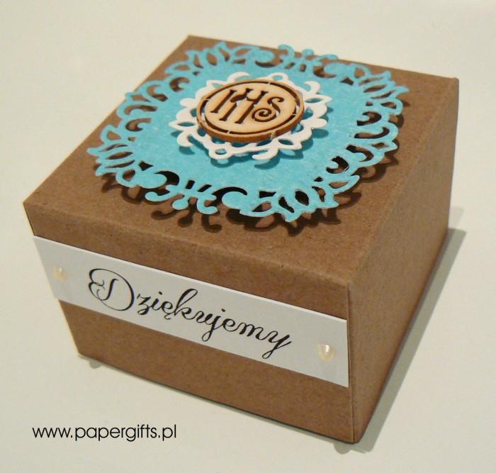 Pudełko kraftowe z niebieską koronką