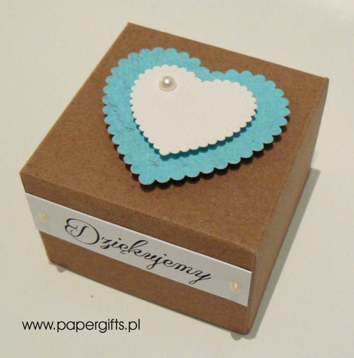 Pudełko kraftowe z niebieskim sercem