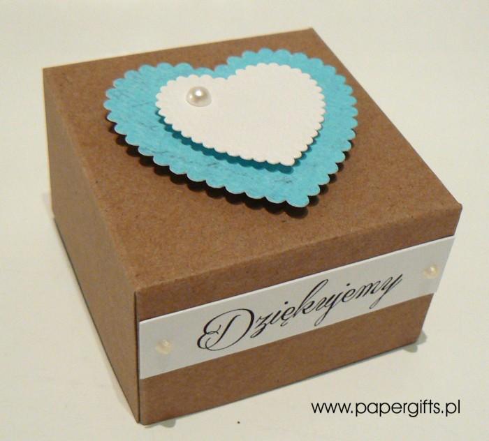 Pudełko kraftowe z niebieskim sercem1