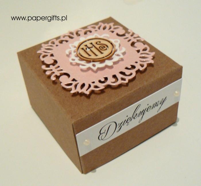 Pudełko kraftowe z różową koronką