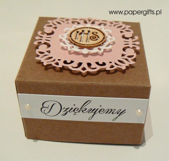 Pudełko kraftowe z różową koronką1