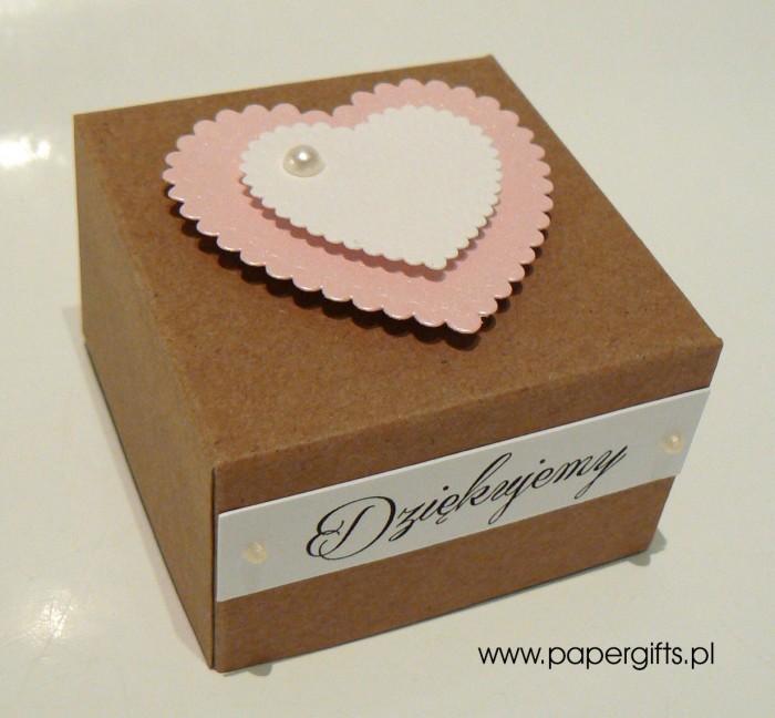 Pudełko kraftowe z różowym sercem
