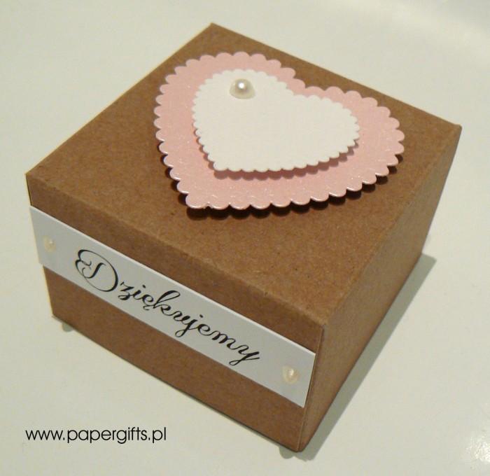 Pudełko kraftowe z różowym sercem1