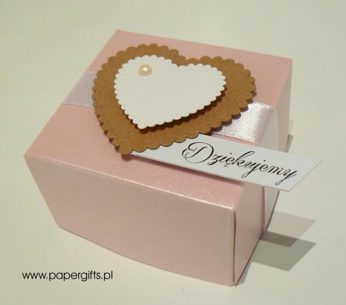 Pudełko różowe z kraftowym i białym sercem