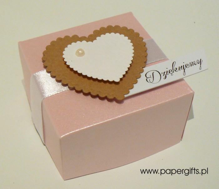 Pudełko różowe z kraftowym i białym sercem1