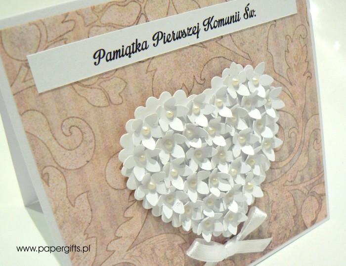 Pudrowy róż liście z sercem z drobnych kwiatków - Kartka na komunię1