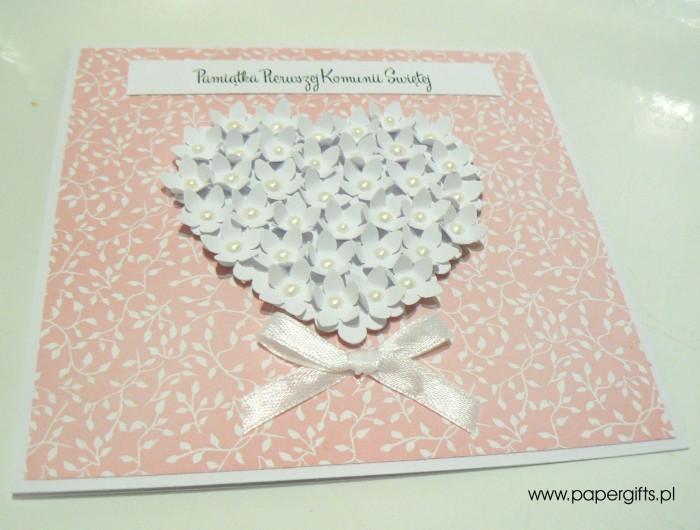 Różowa w listki z sercem z drobnych kwiatków – Kartka na Komunię Świętą1
