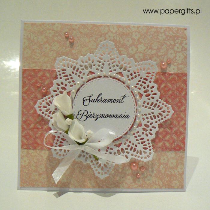 Cielisto-różowa z kwiatami i koronką - kartka na bierzmowanie