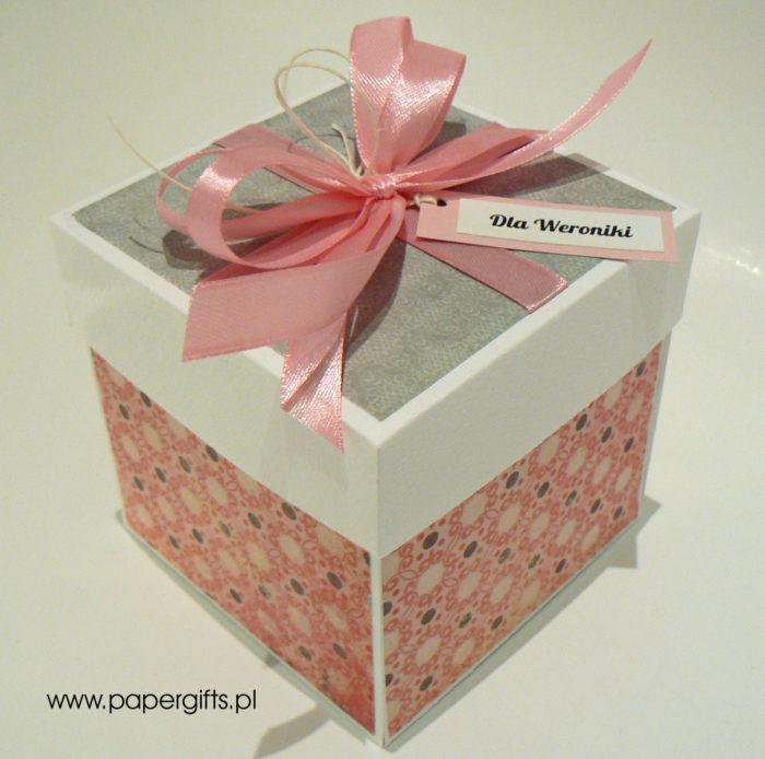 Szaro-różowy z motylem box na 18 urodziny